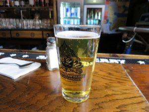 ニューヨークのバーでビール