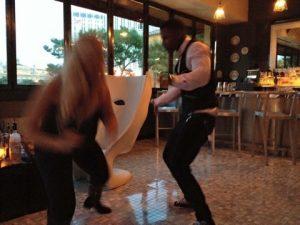 ベラージオの中のバーで踊っている人たち